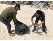 จิตอาสาชาวป่าตองร่วมมือร่วมใจเก็บขยะบริเวณชายหาดฟรีด้อม